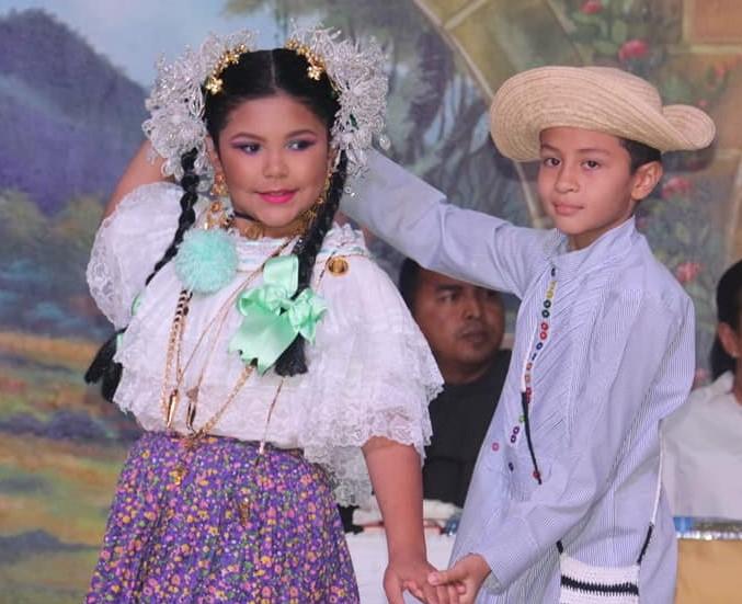 Mädchen mit Pollera und Tembleque, während einer Tanzvorführung auf der Messe der Blumen und des Café, Boquete 2020