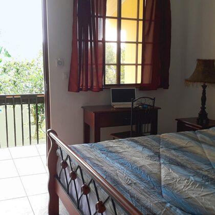 Aparthotel Boquete, la habitación: cama queen, escritorio con router wifi privado